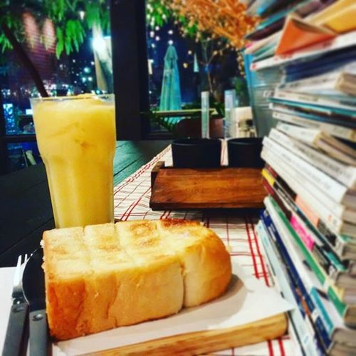 "Mango smoothie & ""Better Together Song"" Photo by Blackberryclassic Blackberryclubs Jackjohnson Waitingmyparents แค่เพลงกับมะม่วงฟินละ Coffeeshops  Mango Smoothies Smile Chill Saturday Happiness Love Photooftheday Lomo Abstract Art Toyphotography Toycamera Bangkok Thailand Cafe Feelsogood"