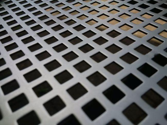 Platteaus Edelstahl mit Quadratischen Löchern schräg aufgenommen. Perspective Original Photography Z30