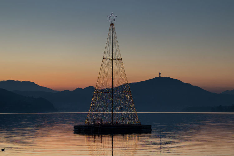 Wonderful christmas lights decoration with floating christmas tree and illuminated shores at the lake Wörthersee in Carinthia Nature No People Carinthian Lakes Carinthia Carinthia Tourism Klagenfurt Am Wörthersee Wörthersee Wörther See Christmas Christmas Decoration Christmas Lights christmas tree Christmas Market Floating On Water Floating In Water Advent Tourism Tourist Attraction  Tourist Destination Weekend Activities