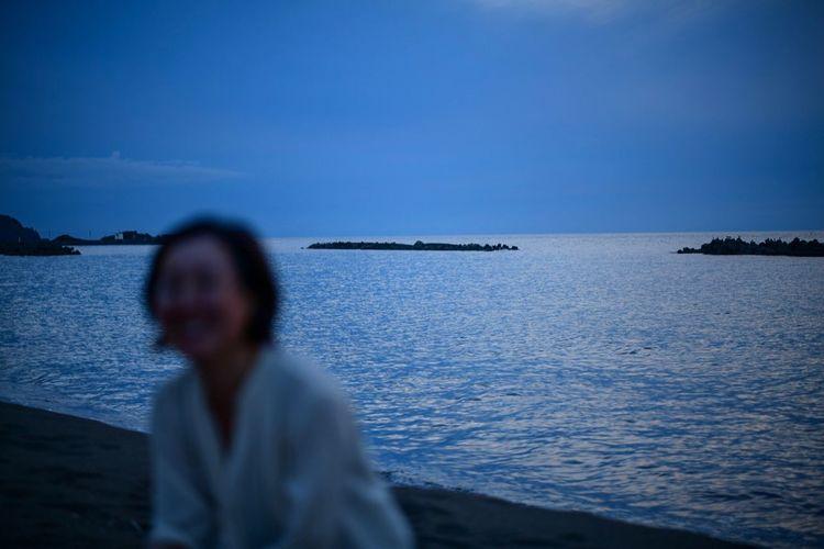 逢魔が時の空と月に照らされて、なんだか神々しく感じた。 Dask Sky Water Sea Real People One Person Scenics - Nature Sky The Portraitist - 2019 EyeEm Awards Leisure Activity Beauty In Nature Lifestyles Tranquility Blue Women Tranquil Scene Land Waist Up Horizon Over Water Hairstyle Nature Beach Horizon